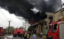 Cháy lớn, khói lửa ngùn ngụt ở nhà kho quận Bình Tân, TP.HCM
