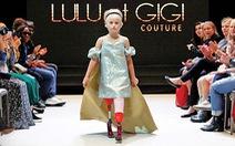 Cô bé cụt chân 9 tuổi trên sàn catwalk