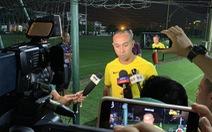 HLV và cầu thủ Malaysia làm lơ truyền thông Việt Nam