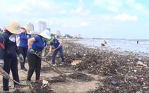Video: Hàng chục tấn rác 'tấn công' biển Vũng Tàu kéo dài gần 10km