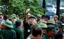 VFF bán vé cho thương binh, nhiều người quá khích trèo rào đòi mua