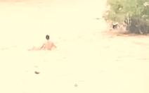 Video: Thót tim cứu người đàn ông mắc kẹt giữa dòng lũ dữ