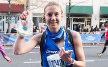 Vừa chạy marathon vừa vắt sữa cho con