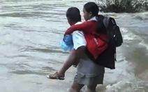 Cha 'liều mình' cõng con vượt dòng nước lũ cuồn cuộn đến trường