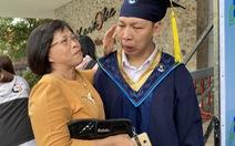 Nam sinh nước mắt nhạt nhòa ôm cô giáo cũ ngày tốt nghiệp