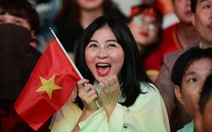 Phố đi bộ Nguyễn Huệ ngập tràn cờ, kèn cổ vũ tuyển Việt Nam