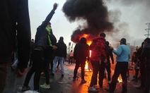 Giá xăng tăng ngày trước, ngày sau dân xuống đường biểu tình ở Iran
