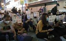 Cảnh sát Hong Kong siết vòng vây, phụ huynh người biểu tình đang... biểu tình ngồi