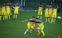 Tuyển Việt Nam chỉ còn 3 tiền vệ trung tâm sau khi Huy Hùng bị loại