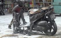 Video: Mang xe máy ra giữa bãi giữ xe của chợ rồi đổ xăng đốt