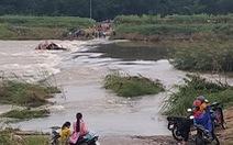 Lật đò trên sông, 5 người may mắn thoát chết