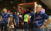 Ông Park nán lại sân bay Manila chờ lấy đồ cho học trò U22 Việt Nam