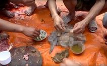 Rùng mình cảnh ăn phân non động vật, nhai sống cá tươi... trên mạng