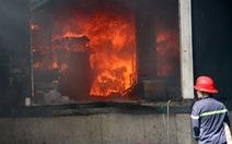 Công ty sản xuất sofa cả ngàn mét vuông cháy ngùn ngụt