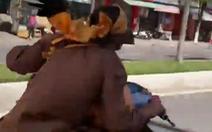 Đầu quấn khăn, tay rú ga, vai vác kiếm lái xe gầm rú trên đường