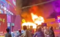 Video: Xe khách 24 chỗ ngồi bốc cháy ngùn ngụt giữa đường