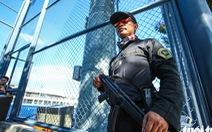 Cảnh sát đặc nhiệm Philippines cầm súng bảo vệ buổi tập của U22 Việt Nam