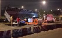3 cuộn tôn hàng chục tấn rơi đè xe tải chờ đèn đỏ, hai vợ chồng thoát chết