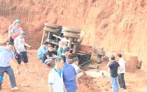 Video: Lật xe múc đất trong hầm khai thác, tài xế tử vong khi cố nhảy khỏi cabin