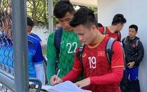 Quang Hải, Văn Hậu và các đồng đội phải ký tên mới được vào sân tập ở Philippines