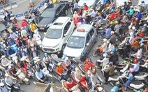 Xe máy tiện lợi nên không cần xe hơi?