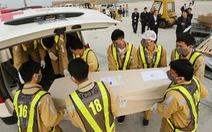 Hình ảnh 16 trong 39 thi hài người Việt tử nạn ở Anh về đến sân bay Nội Bài