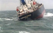 Tàu Thái Lan chìm tại cảng Sơn Dương, dầu loang dạt vào bờ biển Hà Tĩnh