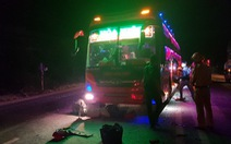 Pha đèn chói mắt nhau, tài xế xe khách và xe ben rượt đuổi, choảng nhau