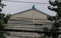 Người đàn ông trèo lên bảng chữ tầng 23 tiếp tục leo lên nóc nhà Bệnh viện Đà Nẵng