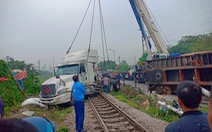 Xe container bị tàu hỏa tông đứt rời khi băng qua đường ngang