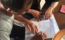 Các gia đình ở Hà Tĩnh viết đơn làm thủ tục nhận người thân tại Anh