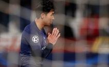 Son Heung Min chắp tay xin lỗi Gomes sau khi ghi bàn cho Tottenham