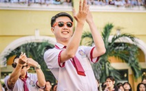 Thầy đeo kính râm, cô buộc tóc chùm nhảy flashmob khiến cả trường rần rần