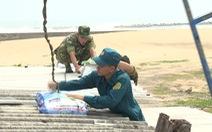 Bộ đội chằng chống nhà cửa giúp dân ứng phó bão số 6