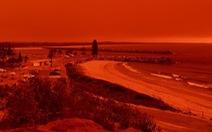 Cháy rừng dữ dội tạo ra mây lửa, trời chuyển màu đỏ cam 'như tận thế'
