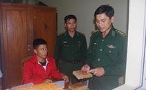 Thêm một bánh ma túy dạt vào bờ được dân Quảng Nam nộp cho biên phòng
