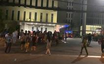 Căn hộ chung cư Xi Grand Court bốc cháy, nhiều cư dân người tháo chạy trong đêm