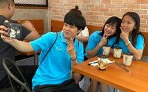 Cầu thủ nữ Việt Nam thưởng thức trà sữa ở Philippines