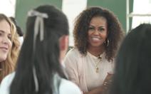 Video bà Michelle Obama tạo dáng 'thả tim' cùng các nữ sinh Việt Nam