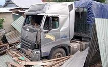Video: Xe container đâm sập nhà dân, 3 người thoát chết