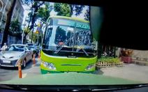 Xe buýt chạy ngược chiều nghênh ngang, một ôtô 'buộc' xe buýt phải đi đúng