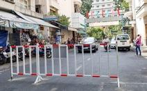 Dựng rào chắn đường vô chung cư để đối phó xe hơi đậu tràn lan