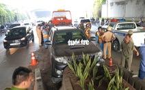 Xe hơi 'sụp vó' ngay cửa hầm Thủ Thiêm, ứng cứu thì tài xế bỏ xe chạy