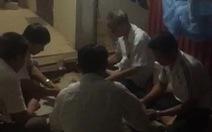 Dân tố bí thư và phó chủ tịch xã đánh bài ăn tiền ở công sở