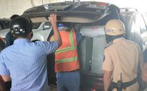 Video: Xe chở hàng chục ngàn gói thuốc lá lậu tai nạn ở hầm Thủ Thiêm