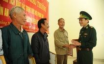 Tặng giấy khen cho người dân nhặt ma túy giao nộp biên phòng