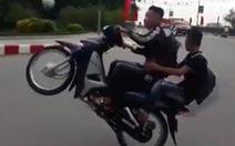 Quá nguy hiểm khi 'bốc đầu' xe máy ngay trên khúc cua đèo Hải Vân