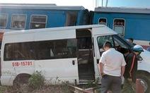 Tàu lửa hất văng xe 16 chỗ, nhiều người bị thương