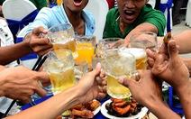Cấm ép uống bia rượu: cần thiết nhưng cấm được không?