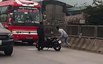 Truy tìm hai nam thanh niên hung hãn chặn đường đập vỡ kính xe khách